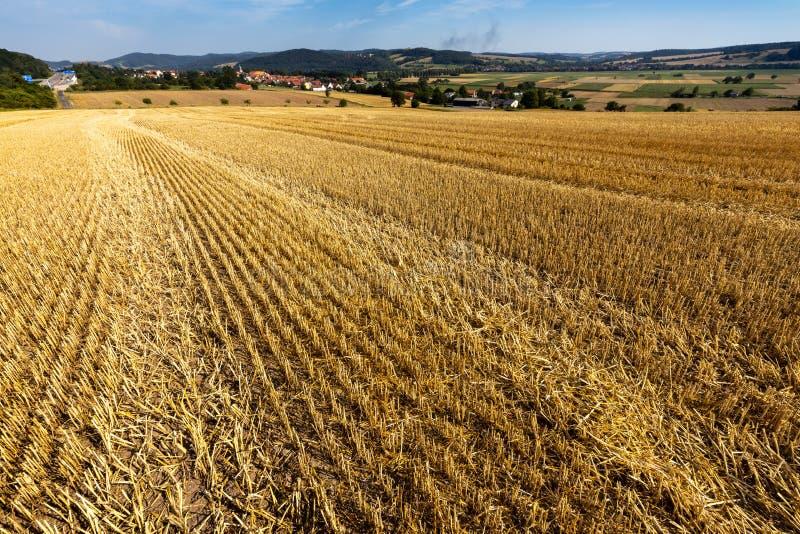 Kornfält efter skörden på Herleshausen i Tyskland royaltyfri fotografi