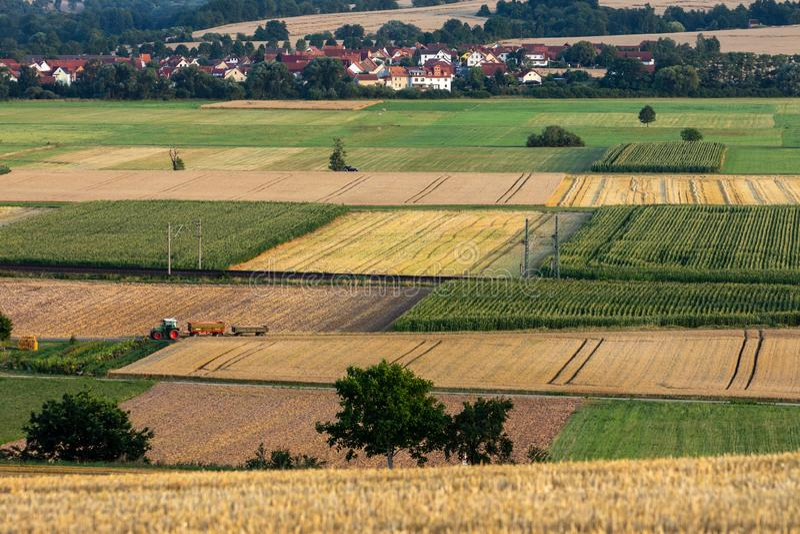 Kornfält efter skörden på Herleshausen i Tyskland royaltyfri bild