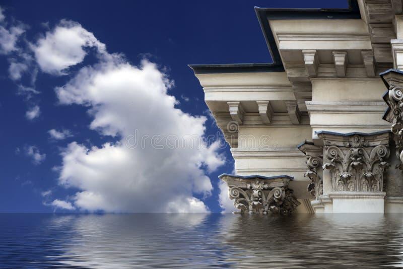 Kornisch och utsmyckade kolonner av gammal byggnad i klassisk stil med översvämningseffekt royaltyfri fotografi