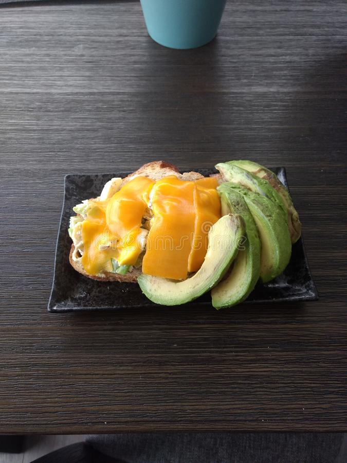 Kornische Spielhennenschmelze mit Avocado stockfotos