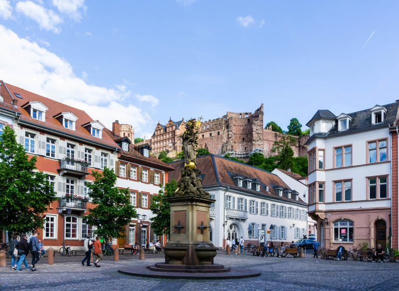 Kornmarkt-madonna in de fontein van Heidelberg met blauwe hemel stock foto's