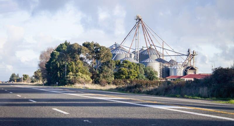 Kornsilor längs statlig huvudväg en i Nya Zeeland arkivbild