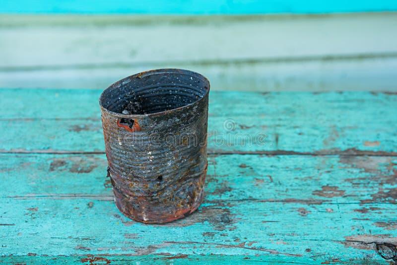 Korodujący metal może na błękitnych drewnianych deskach zdjęcie royalty free