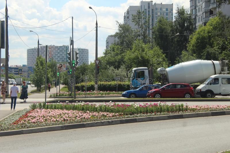 Korolyov går Kostino område Gorky gata Blommor arkivbild
