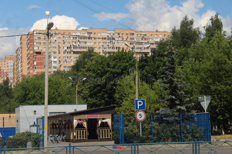 Korolyov går Kostino område Gorky gata Stort Makarenko hem royaltyfria bilder