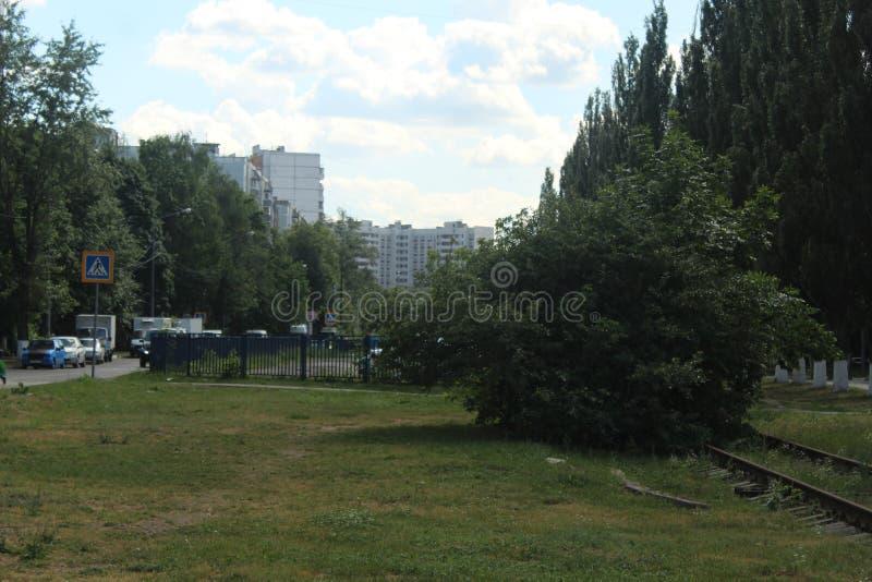 Korolyov går Kostino område Kommunalnaya gata Parkering och övergiven järnväg linje arkivbild