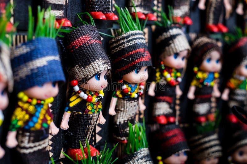 Koronadal, PH - 18. Juli 2019: Puppen in T`nalak Kleidung gekleidet, die während des T`nalak Festivals 2019 ausgestellt wurden lizenzfreies stockbild