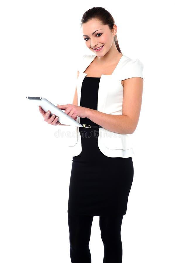 Korporacyjna dama używa pastylka komputeru osobistego przyrząd obrazy royalty free
