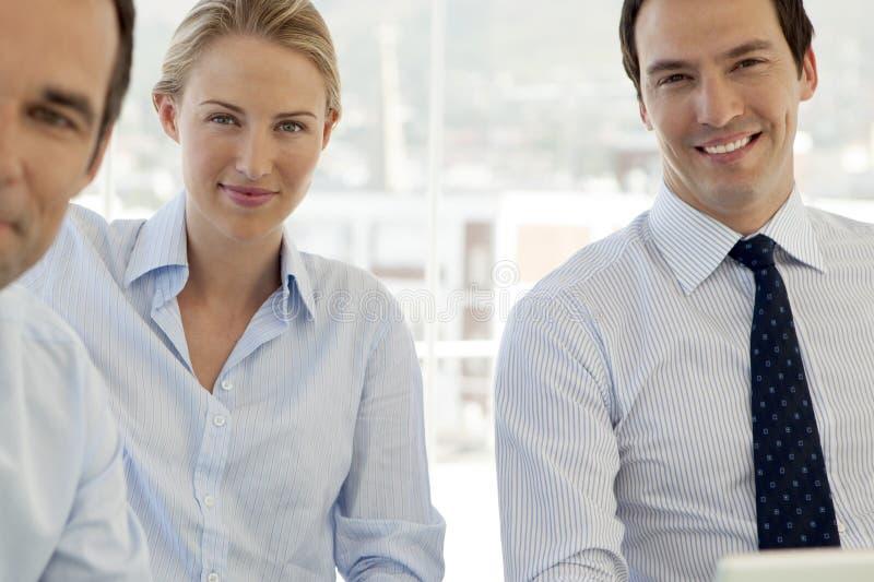 Korporacyjnego biznesu praca zespołowa - biznesmeni i kobieta pracuje na laptopie obrazy royalty free