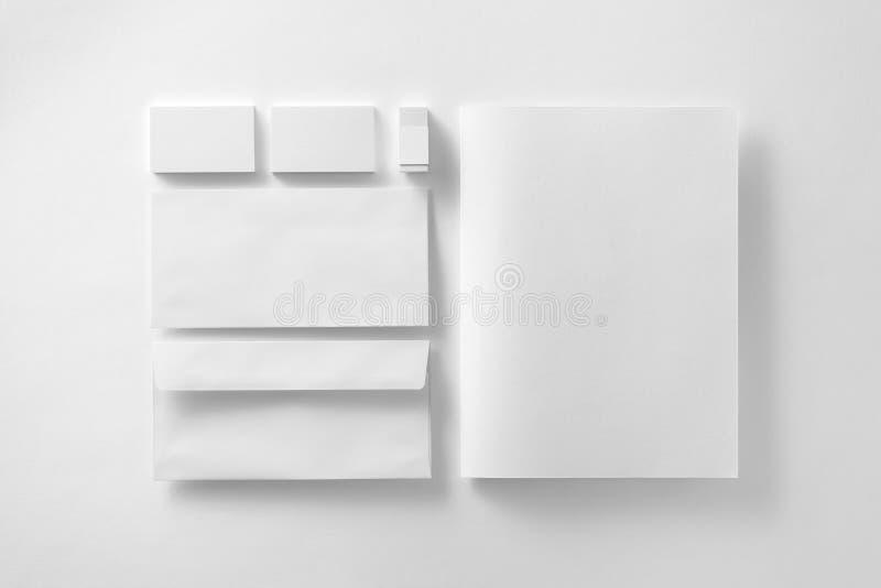 Korporacyjnego materiały ustalony mockup Prezentaci falcówka, koperty, obrazy stock