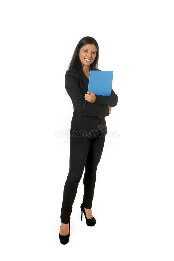 Korporacyjnego portreta młodego atrakcyjnego łacińskiego bizneswomanu mienia szczęśliwa falcówka odizolowywał białego tło zdjęcie royalty free