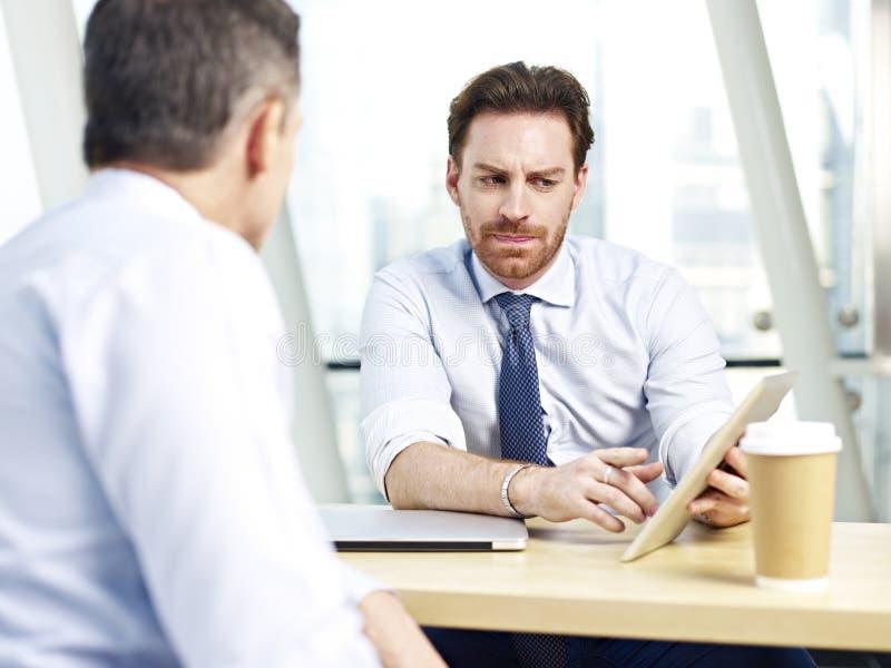 Korporacyjni ludzie dyskutuje biznes w biurze zdjęcie royalty free