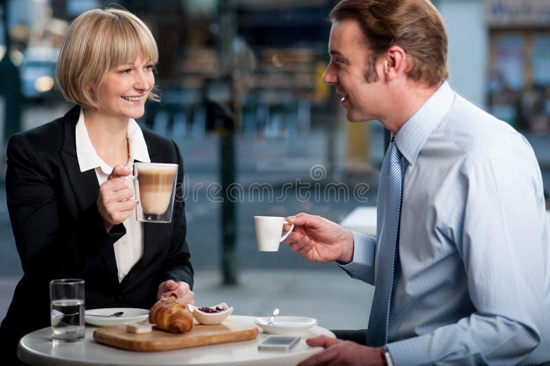 Korporacyjni ludzie wznosi toast kawę przy kawiarnią fotografia royalty free