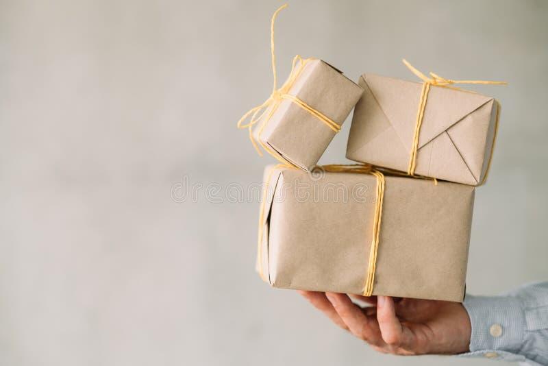 Korporacyjni partyjni online prezenta sklepu zawijający pudełka zdjęcie stock