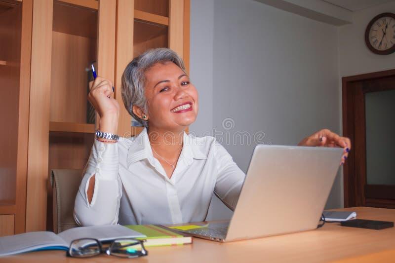 Korporacyjny akcydensowy styl ?ycia portret szcz??liwa i pomy?lna atrakcyjna w ?rednim wieku Azjatycka kobieta pracuje przy biuro fotografia stock