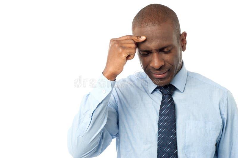 Korporacyjny mężczyzna z palcem na jego głowie obrazy stock