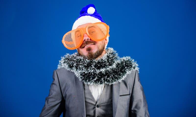 Korporacyjny przyjęcie gwiazdkowe Obsługuje brodatego modniś odzieży Santa kapelusz i śmiesznych okulary przeciwsłonecznych Przyj obraz royalty free