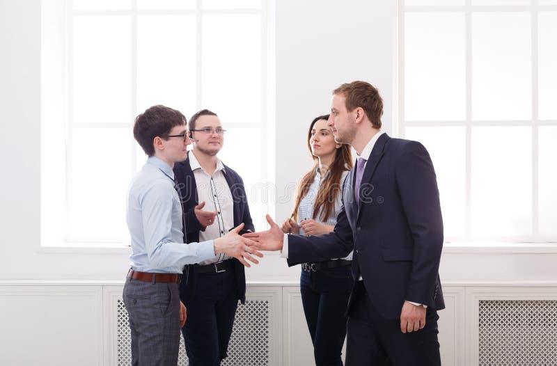 Korporacyjny spotkanie w biurze, ludzie biznesu zespala się uścisk dłoni fotografia stock