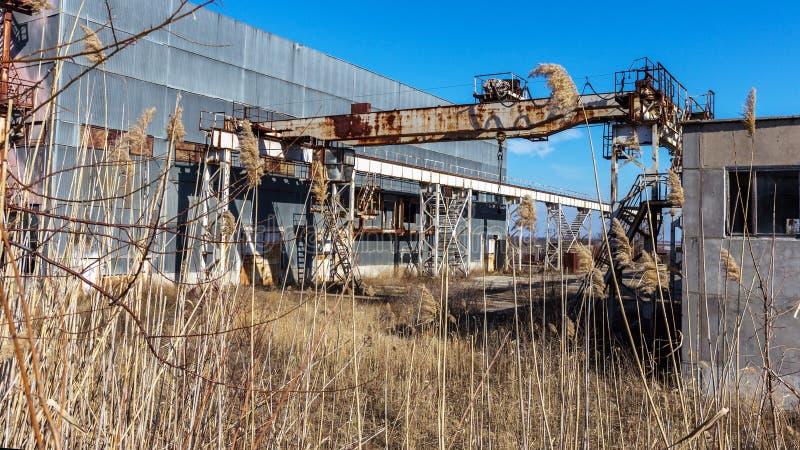 Korps einer alten verlassenen Industrieanlage Verlassenes constructi lizenzfreie stockfotos