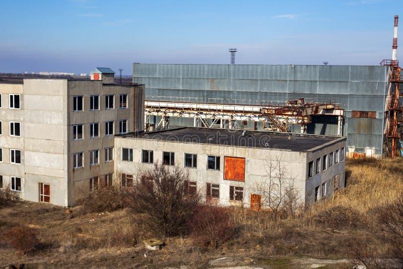 Korps einer alten verlassenen Industrieanlage Verlassenes constructi stockfotografie