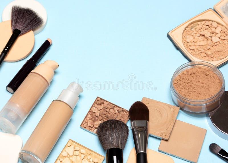 Korrektive kosmetische Produkte und Make-upbürsten mit Kopienraum stockfotografie