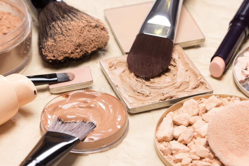 Korrektive Nahaufnahme der kosmetischen Produkte und des Zubehörs stockfotografie