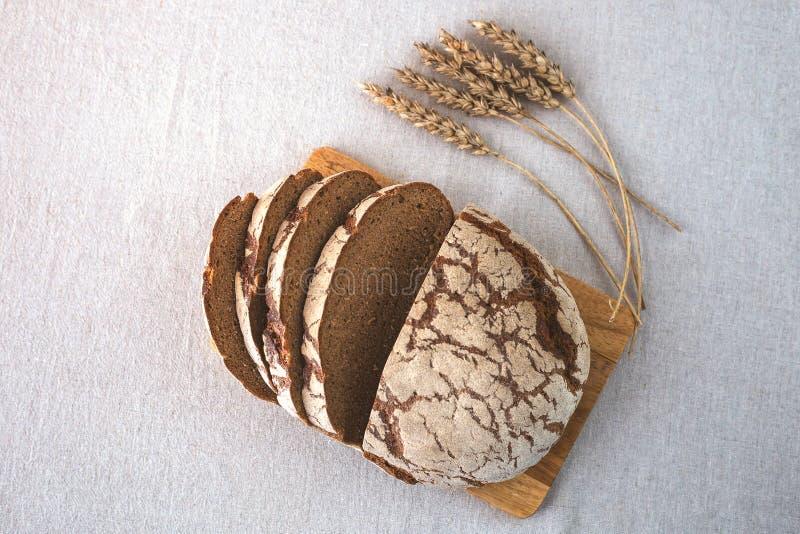 Korrel heerlijk eigengemaakt brood Stukken van brood op de scherpe raad Korreloren op een linnentafelkleed royalty-vrije stock foto's