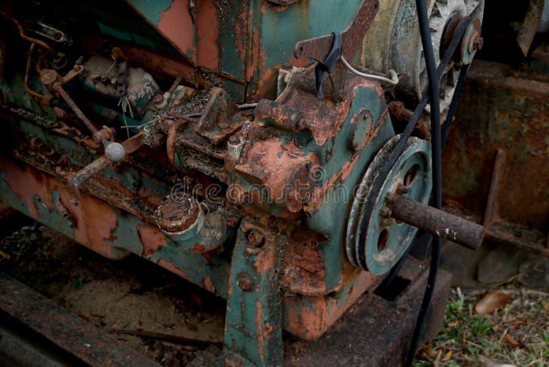 Korrelbeeld: Sluit omhoog van oude die machinefabriek van staal wordt en in het verleden Gebroken wordt gebruikt gemaakt die en r stock foto's