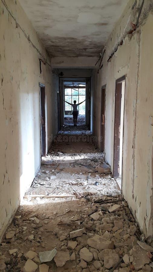 Korridor av det förstörda hotellet med diagramet i avståndet arkivfoton