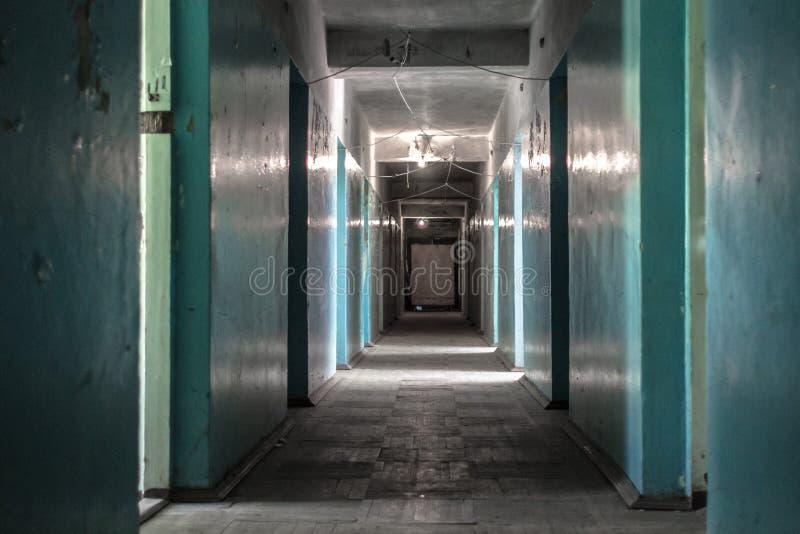 Korridor av en boningshus eller en dorm i en fattig grannskap royaltyfri bild