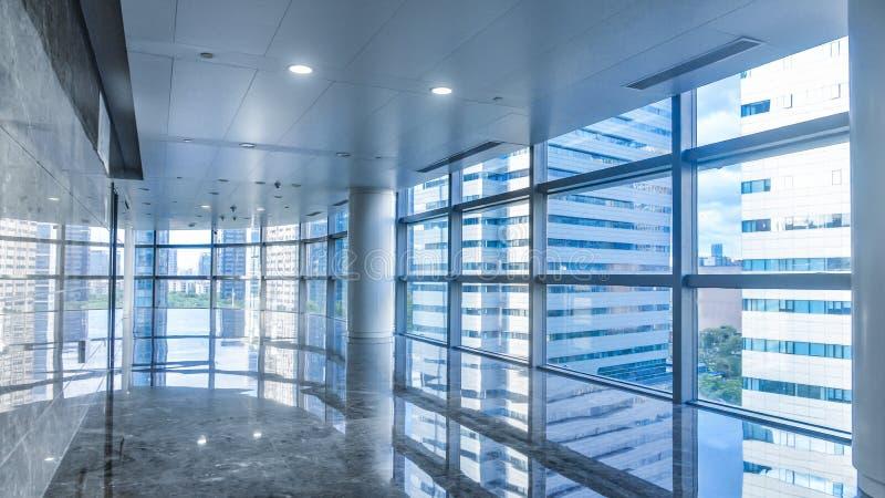 Korridor av modern kommersiell byggnad fotografering för bildbyråer
