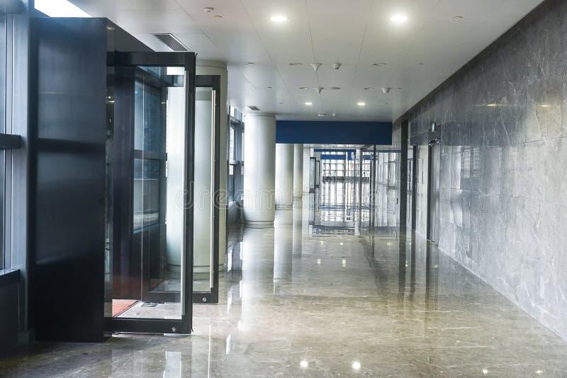 Korridor av modern kontorsbyggnad royaltyfria bilder