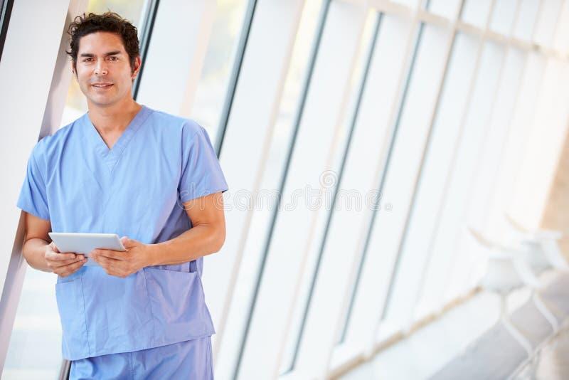 Korridor Doktor-Using Digital Tablet In des modernen Krankenhauses lizenzfreies stockbild