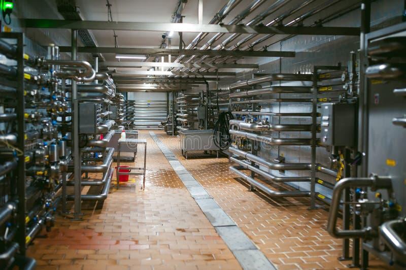 Korridor in einem Produktionsgebäude mit Metall leitet an der Brauerei stockbilder
