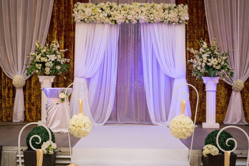 Korridor för bröllopceremoni som är klar för gäster, lyx, elegant gifta sig r royaltyfria foton