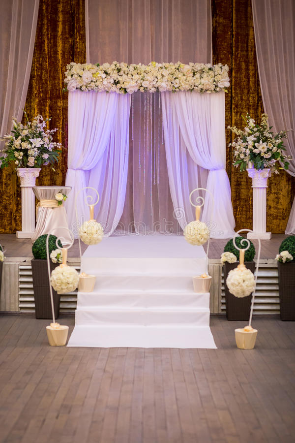 Korridor för bröllopceremoni som är klar för gäster, lyx, elegant gifta sig r arkivfoto