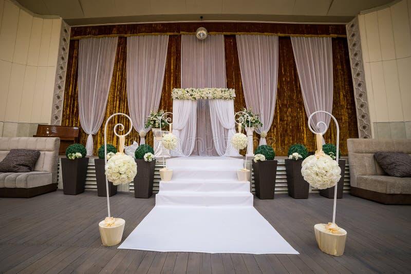 Korridor för bröllopceremoni som är klar för gäster, lyx, elegant gifta sig r arkivfoton