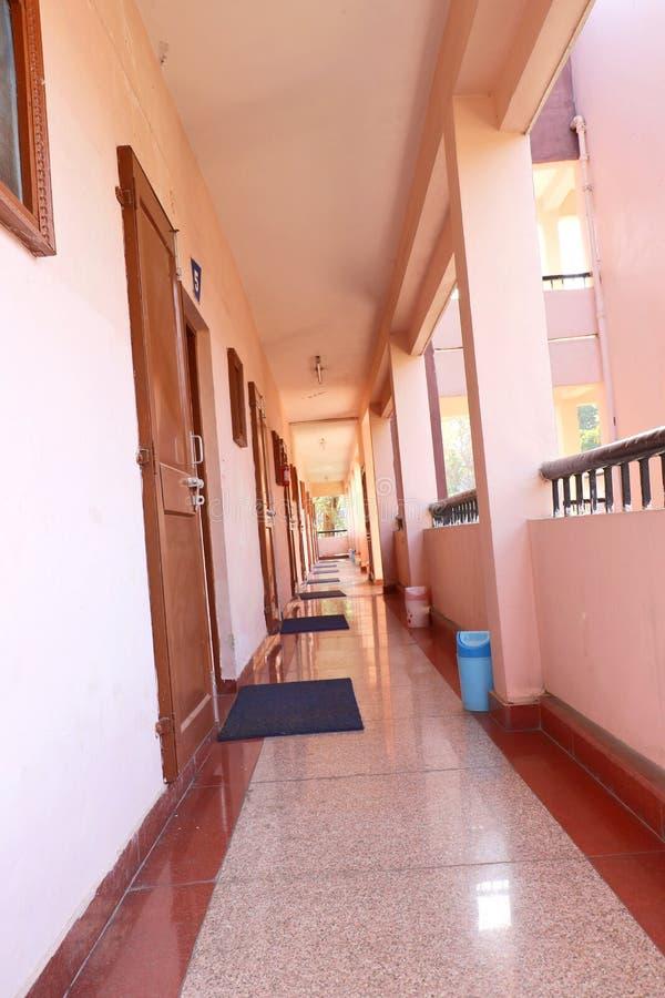 Korridor i en gästhem arkivfoto