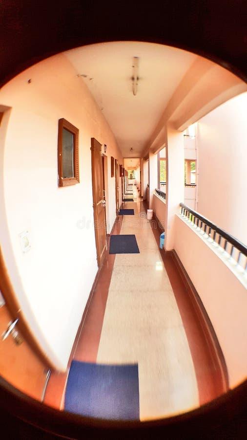 Korridor i en gästhem royaltyfri fotografi