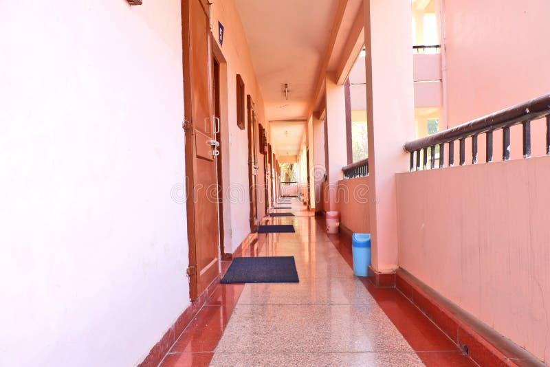 Korridor i en gästhem royaltyfria bilder