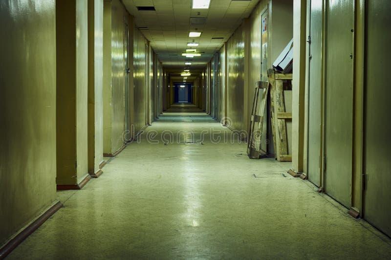 Korridor i gammal sovjetisk forskningsinstitutbyggnad arkivbilder