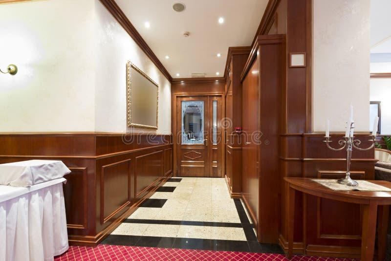 Korridor i hotellrestaurang royaltyfria bilder