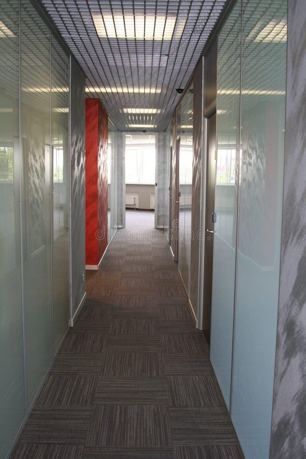 Korridor i kontoret perspektiv fotografering för bildbyråer