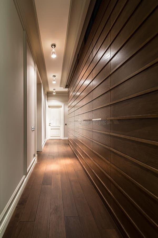 Korridor i modern stil arkivbild