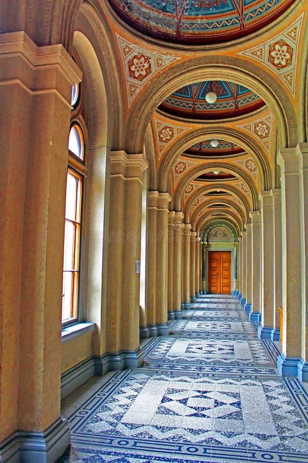 Korridor i uppehållet av det Chernivtsi medborgareuniversitetet Metropolichy byggnad carpathian kyrkliga mts västra små ukraine royaltyfri bild