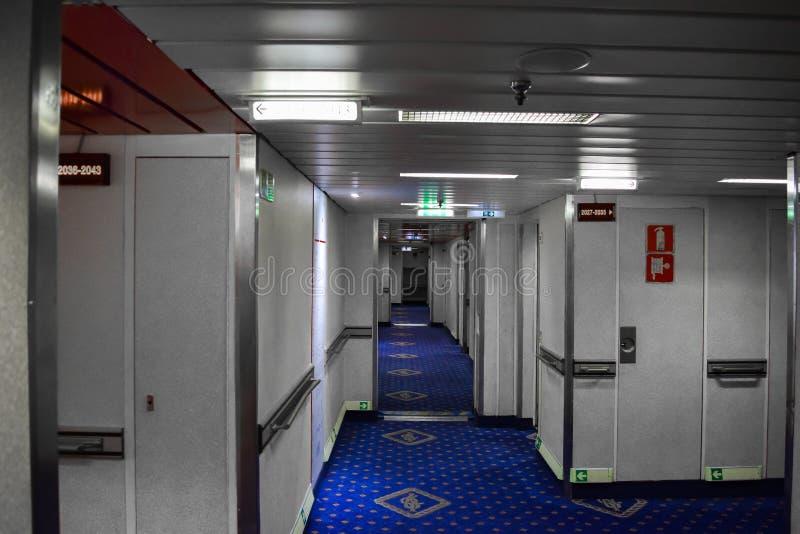 Korridor inom kryssningskeppet med många kabiner arkivfoto