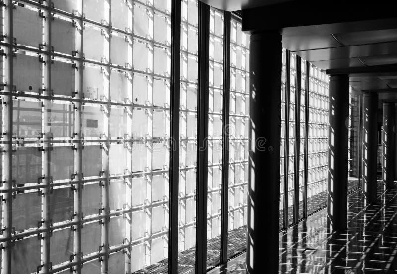Korridor med den genomskinliga väggen royaltyfri bild