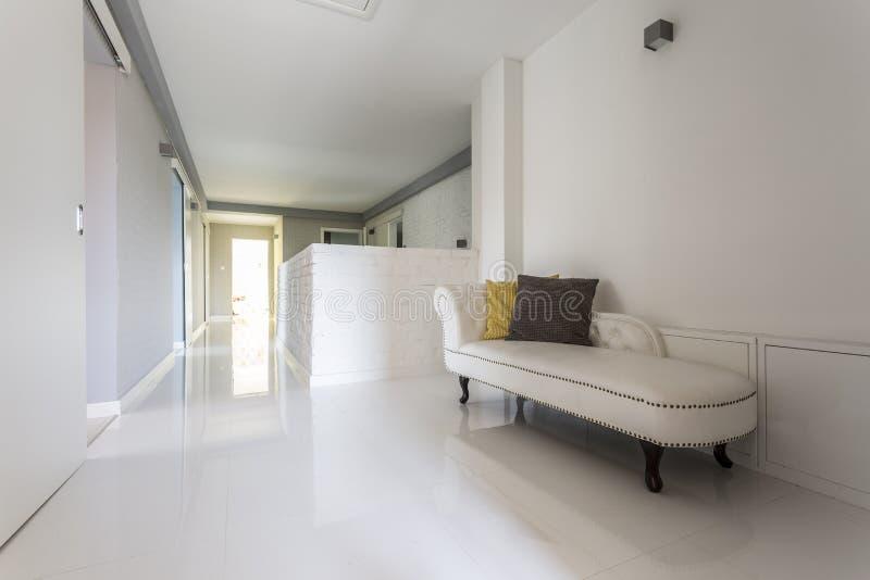 Korridor med glänsande vita tegelplattor royaltyfria bilder