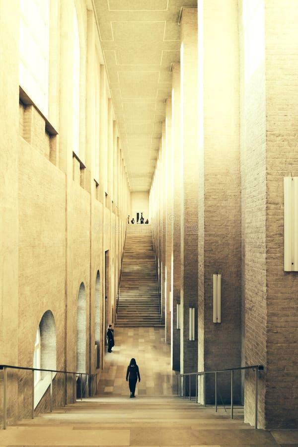 Korridor med högväxta kolonner i museet arkivbild