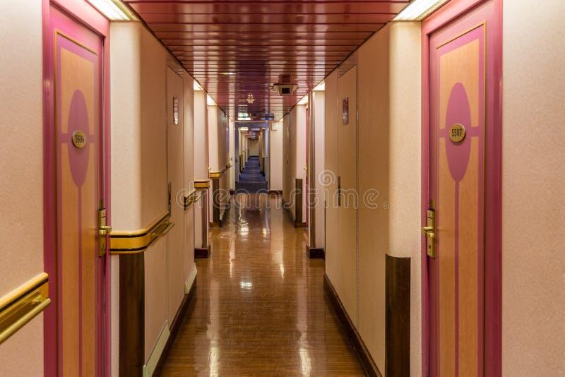 Korridor med kabiner på färjan royaltyfri fotografi
